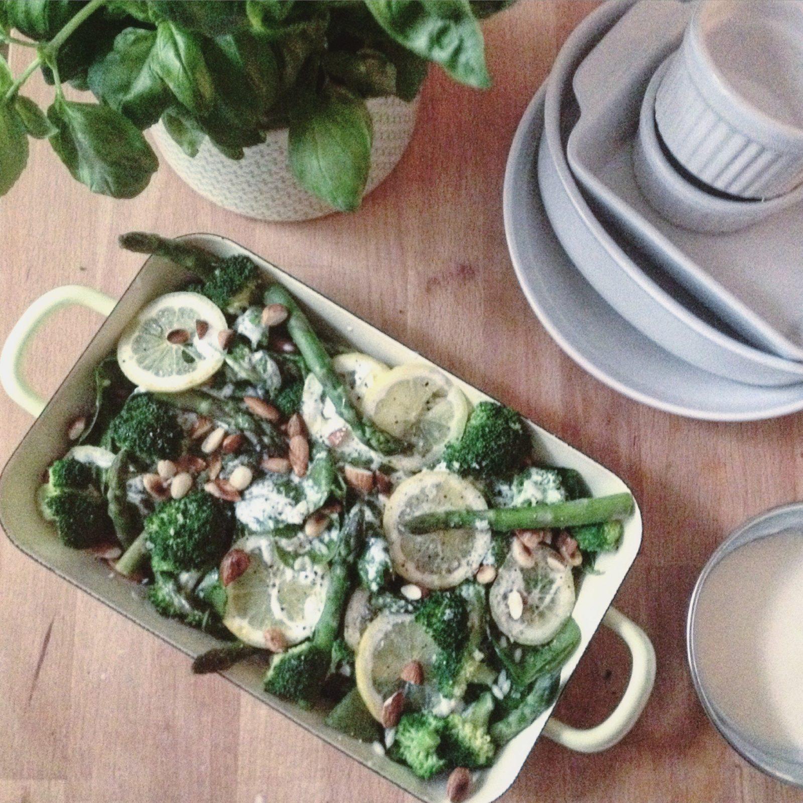Salat aus Spargel, Brokkolo, Mandeln, Zitrone und Spinat