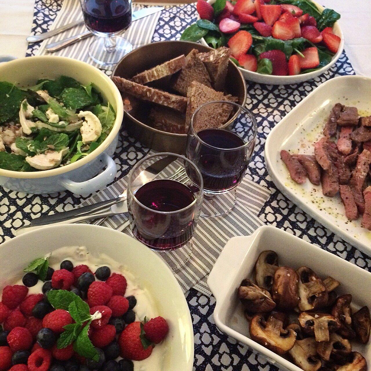 Festmahl mit Lamm, Minze, Ziegenkäse, Erdbeeren, Pilzen und Labneh