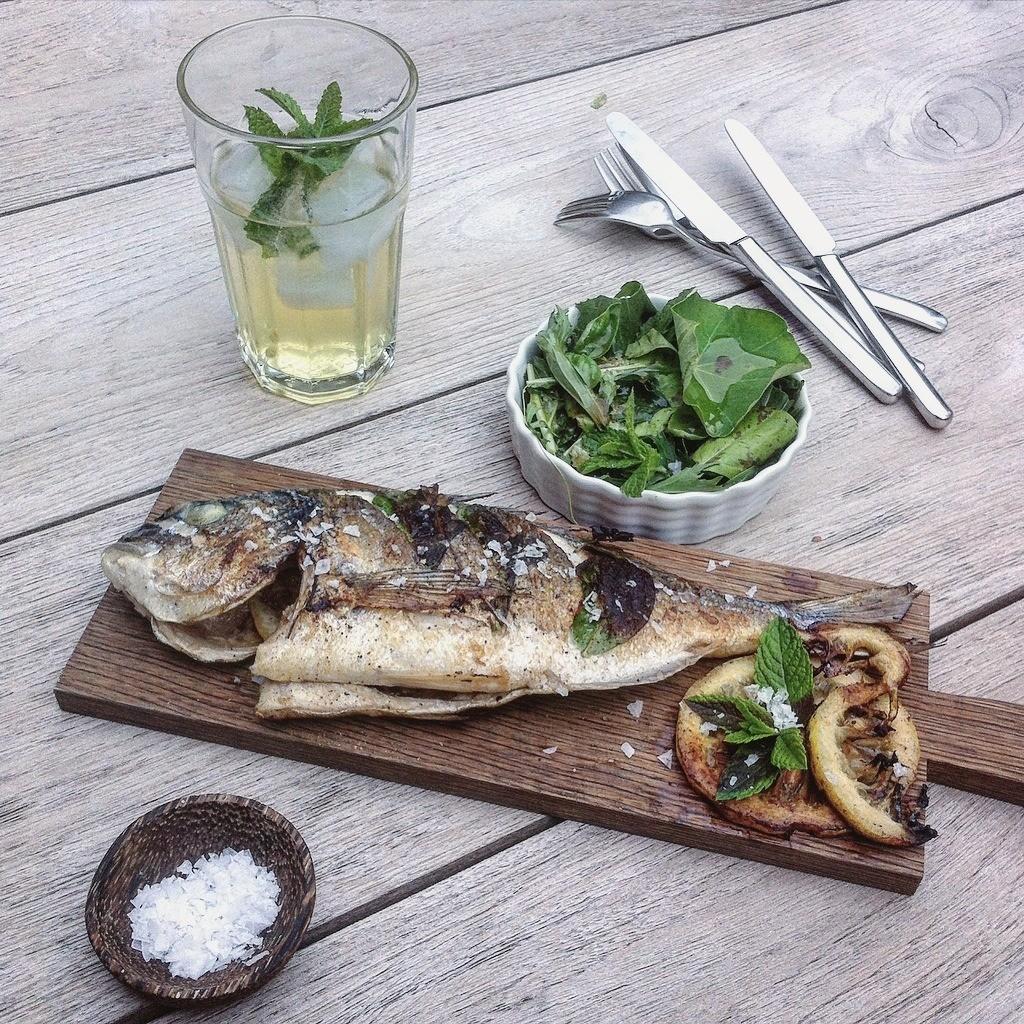 Fisch gegrillt mit Kräuter Salat