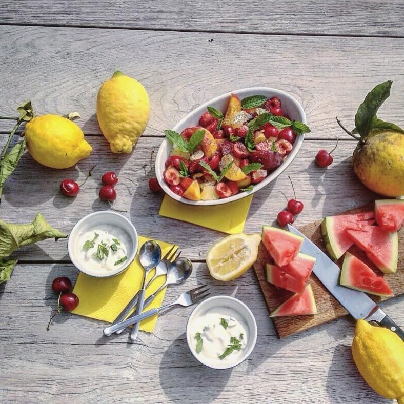 Labneh mit Früchten zum Frühstück