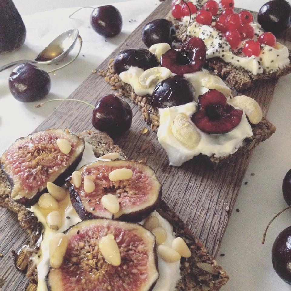 Frühstücksbrötchen mit Yoghurt, Nüssen und Früchten