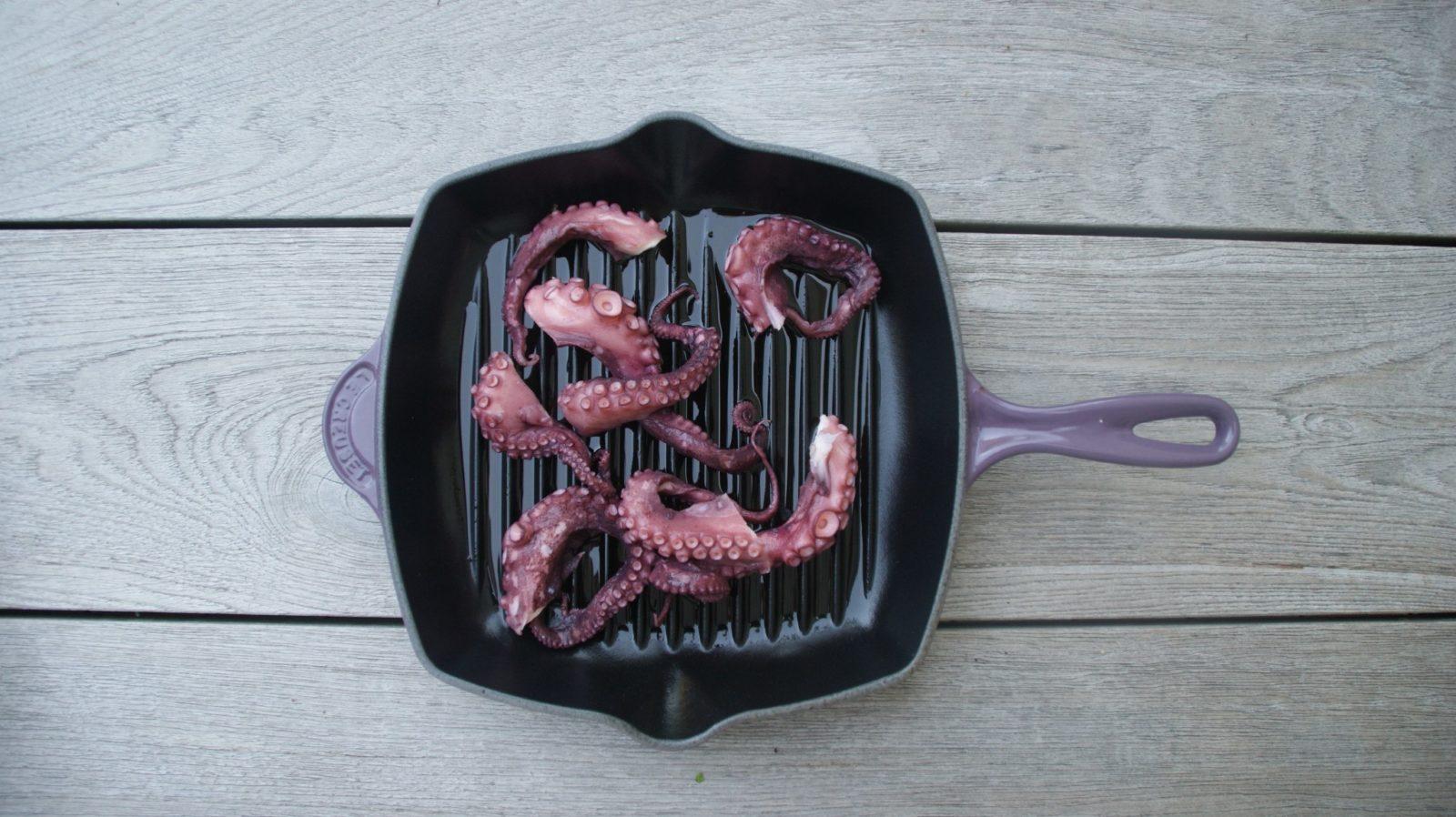 Salat aus Kräutern, Octopus und Kichererbsen