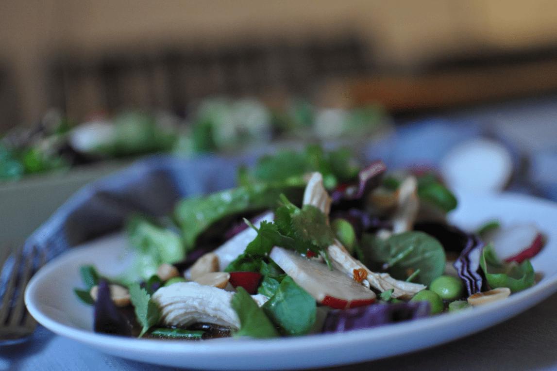 Asiatischer Salat mit Huhn, Avocado, Radieschen, Edamame, Koriander