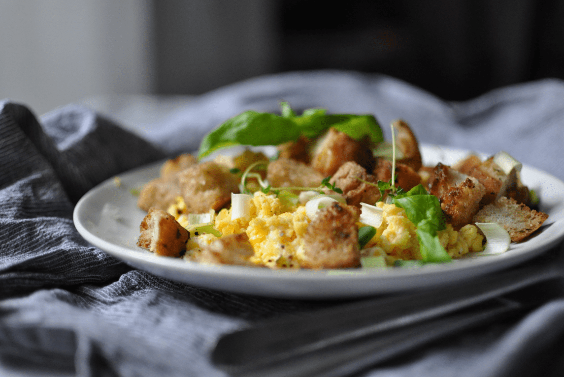 Eierspeise mit Kräuter und Croutons