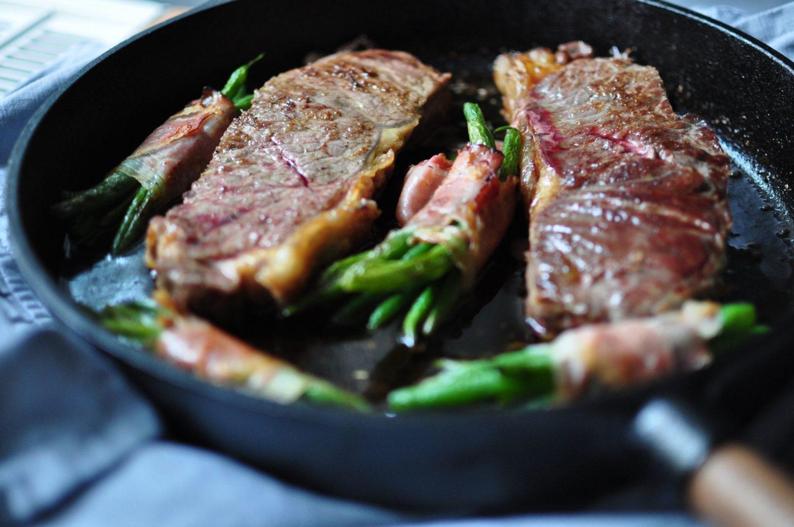Steak mit Salat und Speck Fisolen