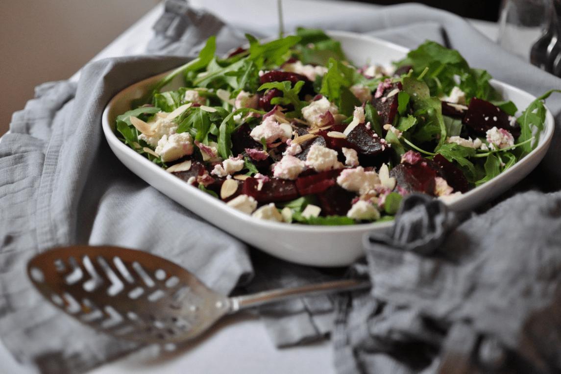 Salat aus Rucola, Feta und roten Rüben