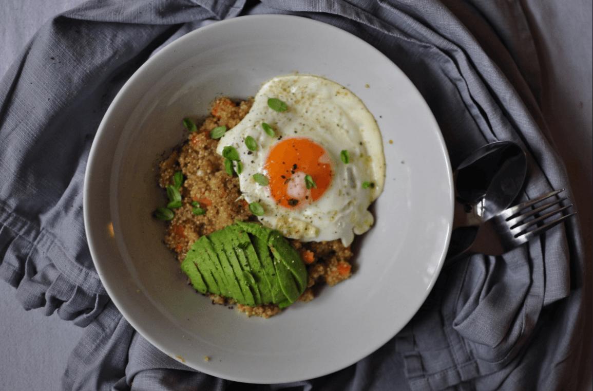 Quinoa Bowl mit Avocado und Ei zum Frühstück