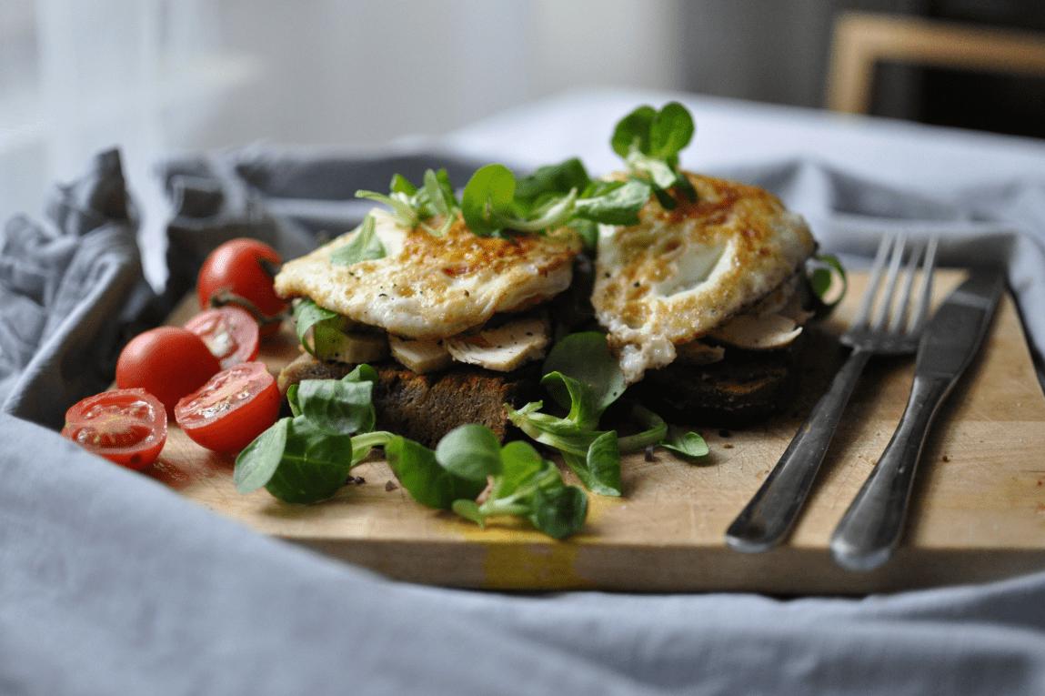 Frühstück Sandwich mit Huhn und Eiern