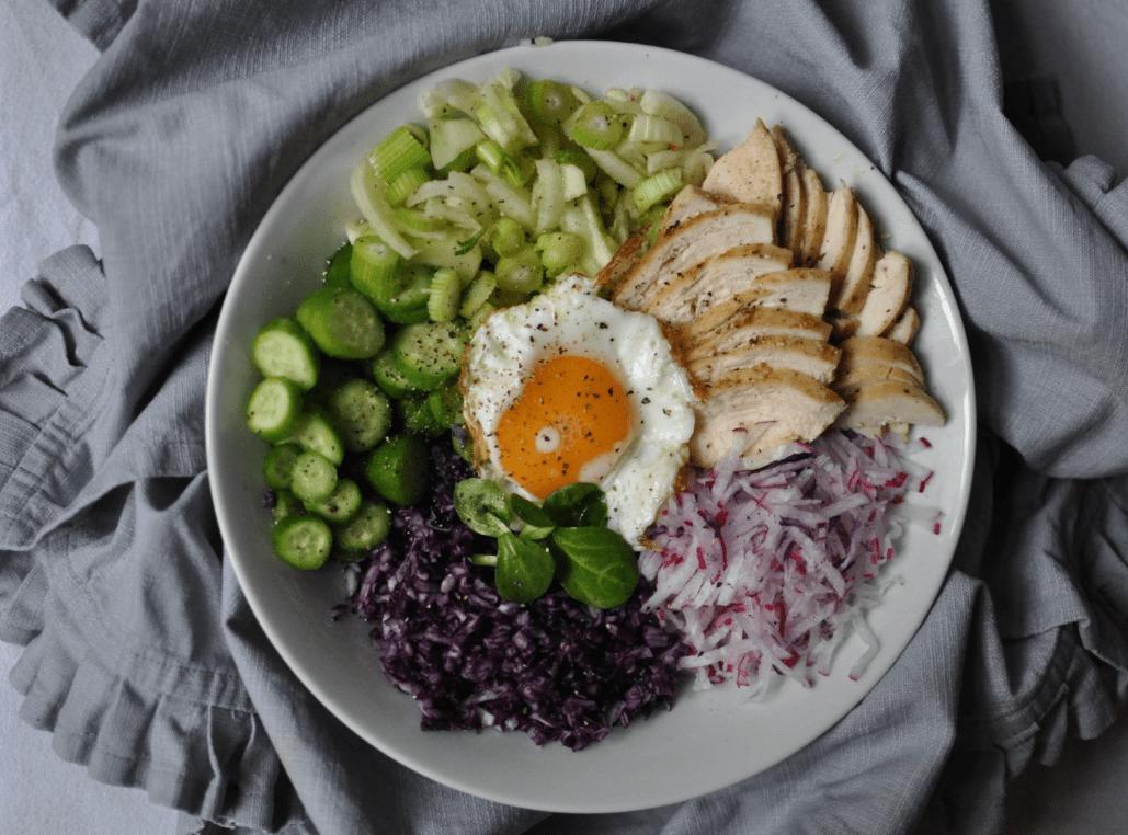 Salat Bowl mit Huhn, Radieschen, Blaukraut Fenchel und Ei