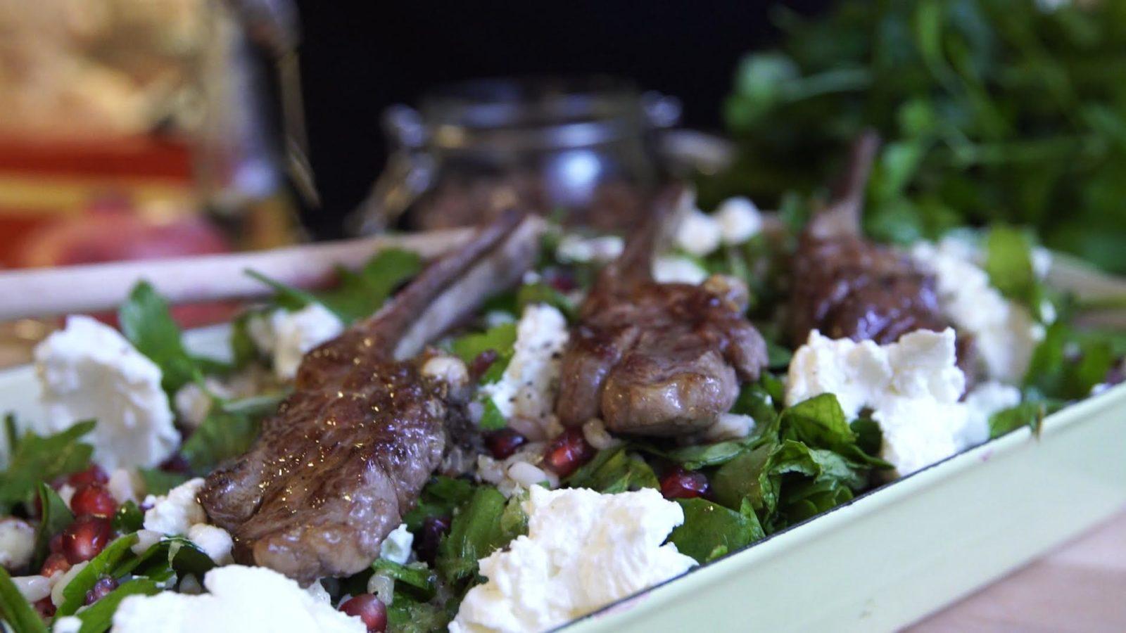 Lamm mit Salat aus Granatpfel, Weizen, Spinat, Minze und Haselnüssen