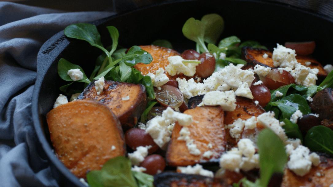 Salat aus Süßkartoffeln, Feta & Trauben