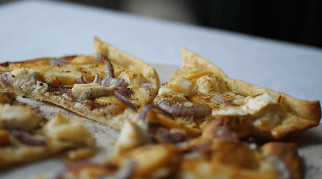 Flammkuchen mit Ziegenkäse, Apfel, Zwiebel, Honig und Thmymian