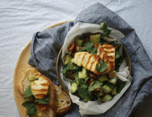 Halloumi auf Tomaten, Avocado und Gurken Salat mit getoastetem Ciabatta