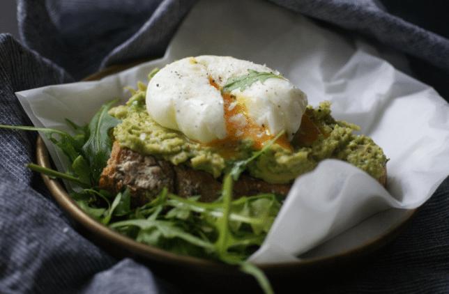 pochiertes Ei auf Avocado und getoastetem Sauerteigbrot