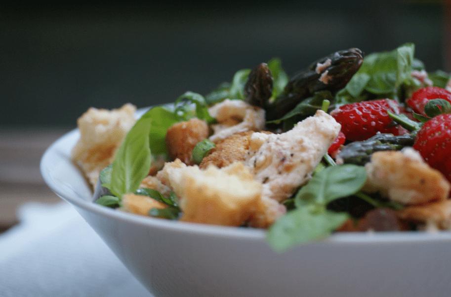 Spargel Salat mit Erdbeeren und Basilikum